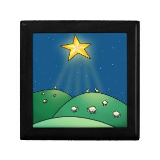 Multitud de ovejas debajo de la estrella del navid joyero cuadrado pequeño