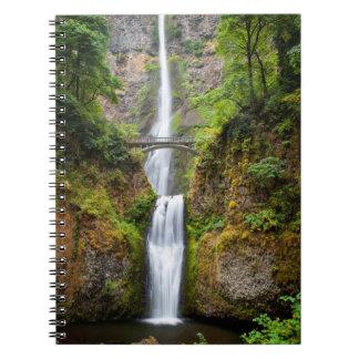 Multnomah baja a lo largo de la garganta del río cuadernos