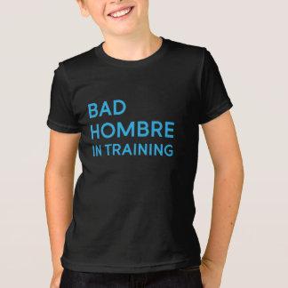Mún Hombre en camiseta del niño del entrenamiento