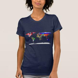 Mundo señalado por medio de una bandera camiseta