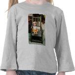 Muñeca de trapo en silla camiseta