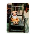 Muñeca de trapo en silla imanes de vinilo