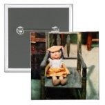 Muñeca de trapo en silla pins
