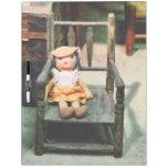 Muñeca de trapo en silla pizarra blanca