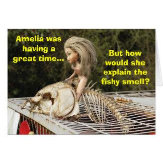 Muñeca divertida y grosera que monta un pescado mu felicitación