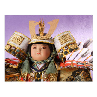 Muñeca japonesa con el juego de la armadura postal