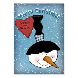 Muñeco de nieve divertido con el corazón y el tarjetas de visita grandes