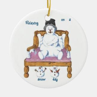 muñeco de nieve en una silla temática rd del muñec adornos de navidad