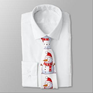Muñeco de nieve lindo que lleva un gorra rojo con corbata