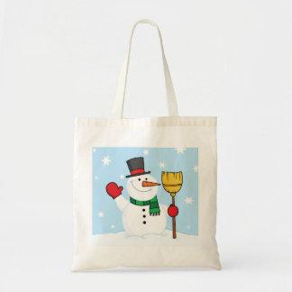 Muñeco de nieve que sostiene una bolsa de asas de