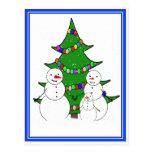Muñecos de nieve con la familia del árbol de navid tarjeta postal