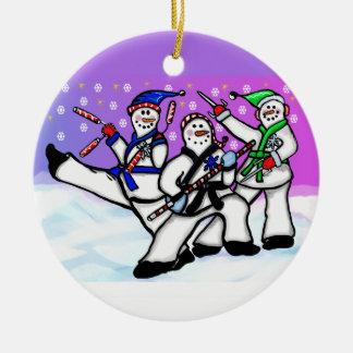 Muñecos de nieve del karate con el ornamento de