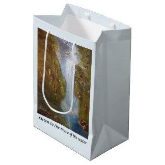 Música de la cascada - ambiente de la naturaleza bolsa de regalo mediana