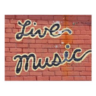 Música en directo escrita en una pared postal