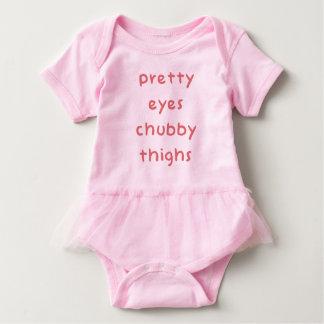 Muslos rechonchos de los ojos del bonito body para bebé