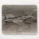 Mustango de WWII P-51 en vuelo Alfombrillas De Ratones