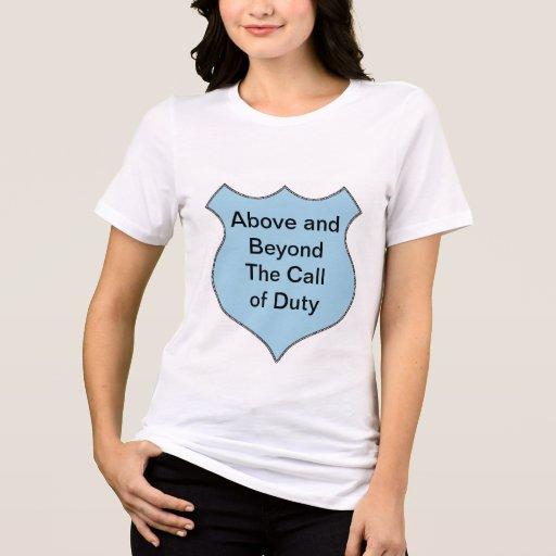 Muy por encima de la llamada de la insignia del de camisetas