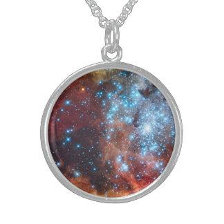 Nacimiento de la nebulosa cósmica del cúmulo de collar de plata de ley
