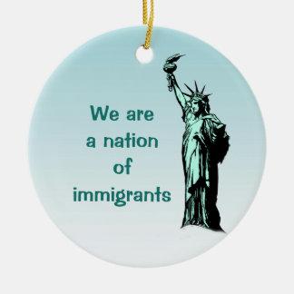 Nación de la estatua de los inmigrantes del adorno navideño redondo de cerámica