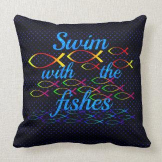 Nadada con los pescados cojín decorativo