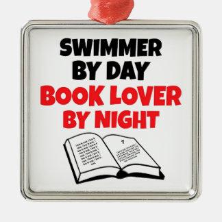 Nadador del aficionado a los libros adorno cuadrado plateado