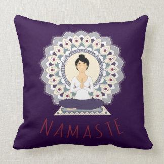 Namaste en la actitud de Lotus - almohada de la
