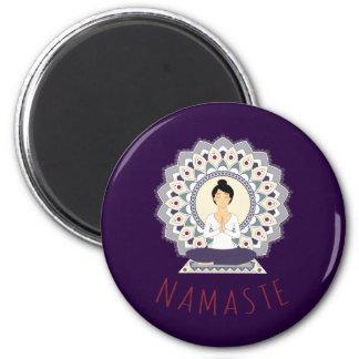 Namaste en la actitud de Lotus - imán de la mujer