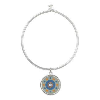 Naranja, círculos azules y pulsera del brazalete