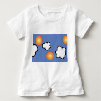Naranjas en el mameluco del bebé de las nubes