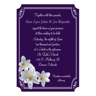 Narcisos blancos enmarcados violeta que casan la invitación 12,7 x 17,8 cm