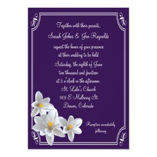 Narcisos enmarcados blanco violeta que casan la invitación 12,7 x 17,8 cm