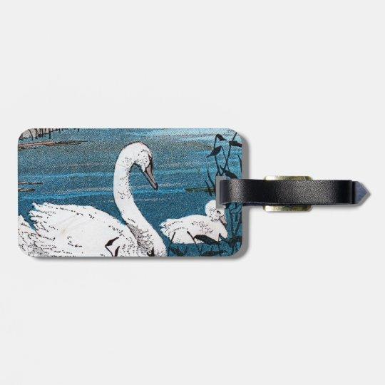 Natación blanca hermosa de la madre del cisne con etiqueta para maletas