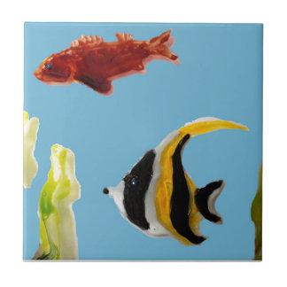 Natación del arte de los pescados en el mar azulejo