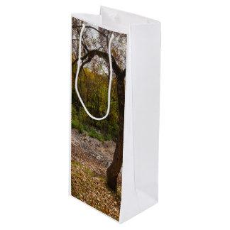 Naturaleza que alcanza hacia fuera bolsa para vino