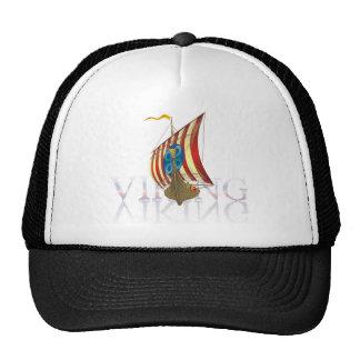 Nave de Viking que refleja en el agua misteriosa Gorra
