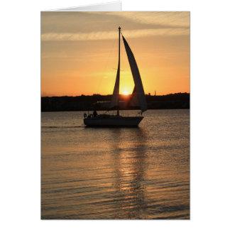 Navegación en la bahía de Cardiff en la puesta del Tarjeta