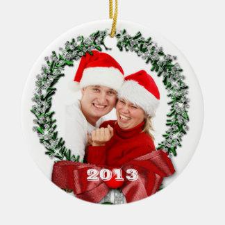 Navidad 2013 de la foto de familia adorno redondo de cerámica