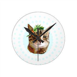 Navidad alegre del gato de Tabby del acebo Reloj Redondo Mediano