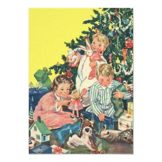 Navidad del vintage, niños con la invitación de