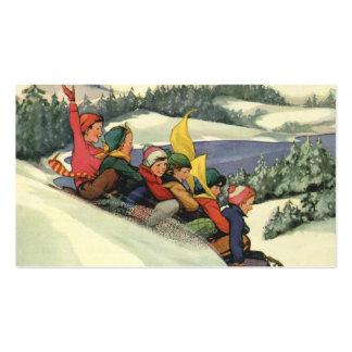 Navidad del vintage, niños Sledding en una montaña Tarjetas De Visita