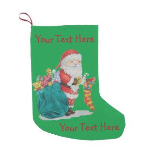 Navidad lindo del padre con los juguetes y los calcetín de navidad pequeño