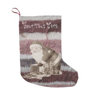 Navidad lindo del padre que envuelve los regalos calcetín de navidad pequeño