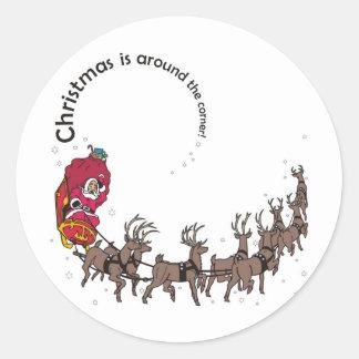 Navidad: Santa, su trineo y reno en nieve Pegatina Redonda