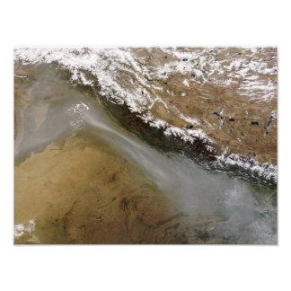 Neblina a lo largo de las montañas de Himalaya Impresiones Fotográficas