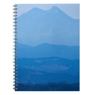 Neblina azul Layers.jpg de los picos gemelos de Libro De Apuntes Con Espiral