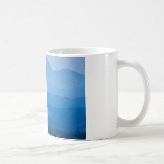 Neblina azul Layers.jpg de los picos gemelos de Taza Básica Blanca