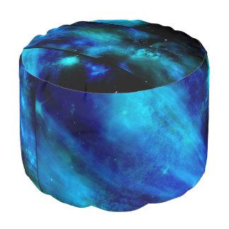 Nebulosa azul Windows en taburete redondo del Puf