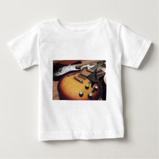 Necesitamos un amperio camiseta de bebé