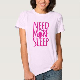 Necesite más camiseta de bostezo rosada del lema