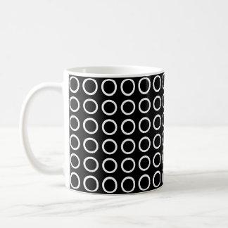 Negro blanco de los círculos taza de café